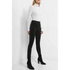 Spodnie z lampasami z ekoskóry. Czarne spodnie materiałowe damskie Orsay, z dzianiny. Za 79.99 zł.