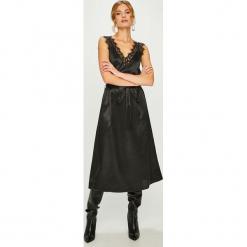 Answear - Sukienka. Szare sukienki damskie ANSWEAR, w paski, z koronki, eleganckie, na ramiączkach. W wyprzedaży za 139.90 zł.