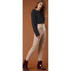 NA-KD Trend Spodnie z wiązanym paskiem - Beige. Brązowe spodnie materiałowe damskie NA-KD Trend, w paski. Za 202.95 zł.
