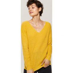 Sweter z dekoltem w serek - Żółty. Żółte swetry damskie House, z dekoltem w serek. Za 69.99 zł.