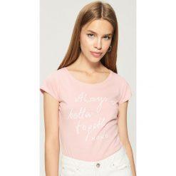 Bawełniana koszulka z napisem - Różowy. Czerwone t-shirty damskie Sinsay, z napisami, z bawełny. Za 9.99 zł.