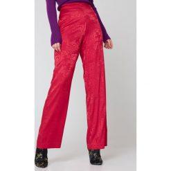 NA-KD Atłasowe żakardowe szerokie spodnie - Red. Czerwone spodnie materiałowe damskie NA-KD, z żakardem. Za 133.95 zł.