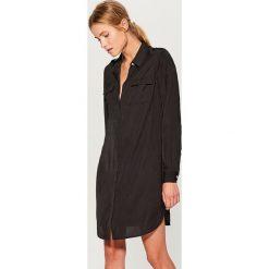 Koszulowa sukienka z kieszeniami - Czarny. Czarne sukienki damskie Mohito, z koszulowym kołnierzykiem. W wyprzedaży za 59.99 zł.