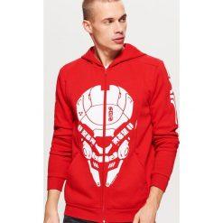 Czerwona bluza z grafiką - Czerwony. Czerwone bluzy męskie Cropp. Za 139.99 zł.