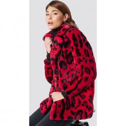NA-KD Trend Kurtka ze sztucznym futrem Leo - Red. Czerwone kurtki damskie NA-KD Trend. Za 364.95 zł.
