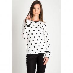 Biała bluzka w czarne groszki QUIOSQUE. Białe bluzki damskie QUIOSQUE, w grochy, z dzianiny, eleganckie, z klasycznym kołnierzykiem. W wyprzedaży za 89.99 zł.