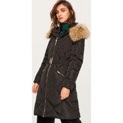 Pikowany płaszcz z kapturem - Czarny. Płaszcze damskie marki FOUGANZA. W wyprzedaży za 249.99 zł.