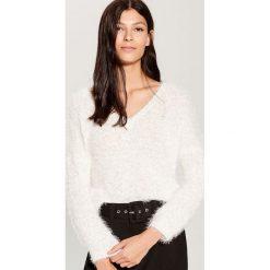 Sweter z dekoltem w szpic - Biały. Białe swetry damskie Mohito. Za 99.99 zł.