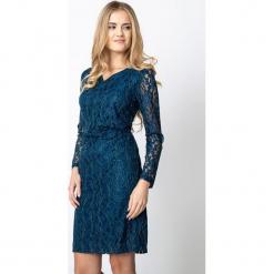 Niebieska sukienka z koronki z marszczeniem QUIOSQUE. Niebieskie sukienki damskie QUIOSQUE, w ażurowe wzory, z koronki, eleganckie, z kopertowym dekoltem, z długim rękawem. Za 219.99 zł.