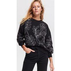 Bluza z aplikacjami - Czarny. Czarne bluzy damskie Reserved, z aplikacjami. Za 99.99 zł.