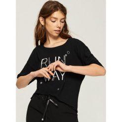 T-shirt z aplikacją - Czarny. Czarne t-shirty damskie Sinsay, z aplikacjami. W wyprzedaży za 19.99 zł.