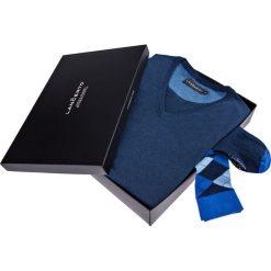 Zestaw Sweter plus Skarpety. Niebieskie skarpety męskie LANCERTO, z bawełny, z dekoltem w serek. Za 149.80 zł.