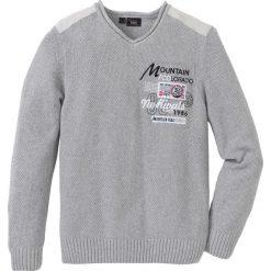 Sweter z dekoltem w serek, z haftem, z bawełny z recyclingu bonprix jasnoszary. Szare swetry przez głowę męskie bonprix, z haftami, z bawełny, z dekoltem w serek. Za 129.99 zł.