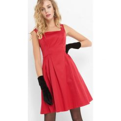 Sukienka z dekoltem karo. Czerwone sukienki damskie Orsay, z bawełny, eleganckie, z dekoltem na plecach. Za 159.99 zł.