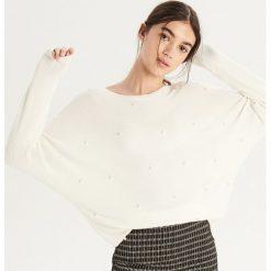 Luźny sweter z aplikacją - Kremowy. Białe swetry damskie Sinsay. Za 69.99 zł.