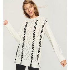 Ażurowy sweter z aksamitną wstążką - Kremowy. Białe swetry damskie Sinsay. Za 79.99 zł.
