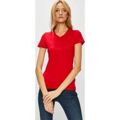 Guess Jeans - Top. Różowe topy damskie Guess Jeans, z nadrukiem, z bawełny, z krótkim rękawem. Za 169.90 zł.