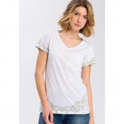 Koszulka w kolorze białym. Białe t-shirty damskie Cross Jeans, z nadrukiem, z bawełny, z okrągłym kołnierzem. W wyprzedaży za 22.95 zł.