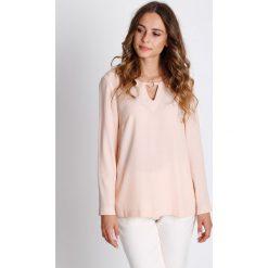 Pudrowa bluzka z długim rękawem BIALCON. Białe bluzki damskie BIALCON, w kolorowe wzory, eleganckie, z okrągłym kołnierzem, z długim rękawem. W wyprzedaży za 93.00 zł.