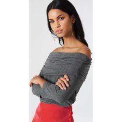 NA-KD Sweter z lekkiej dzianiny z odkrytymi ramionami - Grey. Szare swetry damskie NA-KD, z dzianiny. Za 52.95 zł.