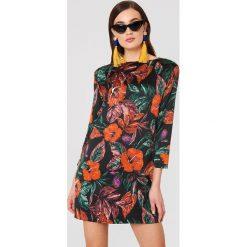MANGO Sukienka z kwiatowym wzorem - Multicolor. Sukienki damskie Mango, z tkaniny, z dekoltem na plecach. W wyprzedaży za 101.48 zł.