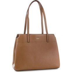 Torebka DKNY - R83A5685 Vicuna 249. Brązowe torebki do ręki damskie DKNY, ze skóry. Za 1,399.00 zł.
