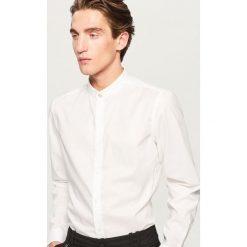 Koszula ze stójką slim fit - Biały. Białe koszule męskie Reserved, ze stójką. Za 119.99 zł.