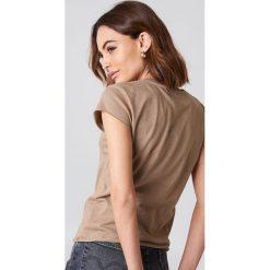 NA-KD Basic T-shirt z surowym wykończeniem - Brown,Beige. Brązowe t-shirty damskie NA-KD Basic, z bawełny, z okrągłym kołnierzem. Za 52.95 zł.