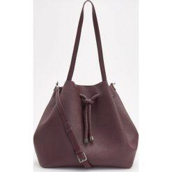 Torebka typu worek - Fioletowy. Fioletowe torebki do ręki damskie Reserved. W wyprzedaży za 99.99 zł.