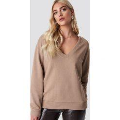NA-KD Basic Bluza basic z dekoltem V - Brown,Beige. Brązowe bluzy damskie NA-KD Basic. Za 100.95 zł.