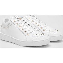 Guess Jeans - Buty. Białe obuwie sportowe damskie Guess Jeans, z jeansu. W wyprzedaży za 359.90 zł.