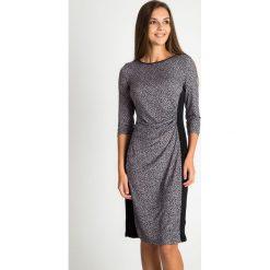 Sukienka ze zwierzęcym nadrukiem QUIOSQUE. Czarne sukienki damskie QUIOSQUE, z motywem zwierzęcym, z dzianiny, klasyczne, z dekoltem na plecach. W wyprzedaży za 59.99 zł.