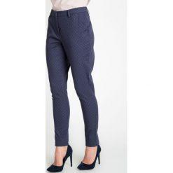 Granatowe eleganckie spodnie ze wzorem QUIOSQUE. Czerwone spodnie materiałowe damskie QUIOSQUE, z haftami, z bawełny. W wyprzedaży za 69.99 zł.