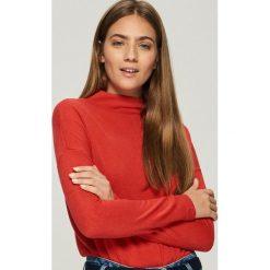 Gładki sweter basic - Czerwony. Czerwone swetry damskie Sinsay. Za 49.99 zł.
