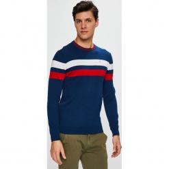 Guess Jeans - Sweter. Szare swetry przez głowę męskie Guess Jeans, z aplikacjami, z bawełny, z okrągłym kołnierzem. Za 319.90 zł.
