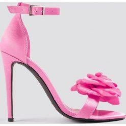 Galore x NA-KD Szpilki z ozdobnymi różami - Pink. Różowe szpilki damskie Galore x NA-KD, w paski. W wyprzedaży za 48.59 zł.