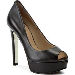 Szpilki GUESS - Heali FLHAL3 LEA07 BLACK. Czarne szpilki damskie Guess, ze skóry ekologicznej. W wyprzedaży za 399.00 zł.