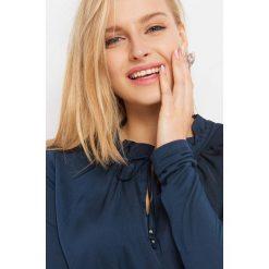 Prosta koszulka z wiązaniem. Niebieskie bluzki damskie Orsay, z dzianiny, z dekoltem na plecach, z długim rękawem. Za 59.99 zł.