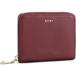 Duży Portfel Damski DKNY - Sm Zip Around- Pebbl R831A656  Blood Red XOD. Czerwone portfele damskie DKNY, ze skóry. Za 509.00 zł.