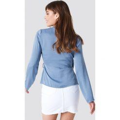 NA-KD Satynowa koszula z kopertowym przodem - Blue. Niebieskie koszule damskie NA-KD, z poliesteru, z kopertowym dekoltem. Za 80.95 zł.