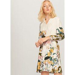 Sukienka w kwiaty - Wielobarwn. Szare sukienki damskie Reserved, w kwiaty. W wyprzedaży za 99.99 zł.