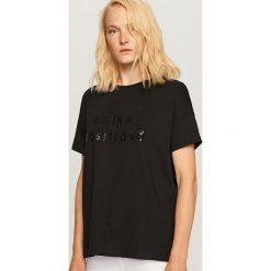 T-shirt z nadrukiem - Czarny. Czarne t-shirty damskie Reserved, z nadrukiem. Za 29.99 zł.