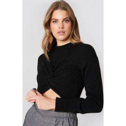 NA-KD Dzianinowy sweter kopertowy - Black. Czarne swetry damskie NA-KD, z dzianiny, z kopertowym dekoltem. W wyprzedaży za 60.98 zł.
