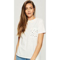 T-shirt z perłową aplikacją - Kremowy. Białe t-shirty damskie Sinsay, z aplikacjami. Za 24.99 zł.