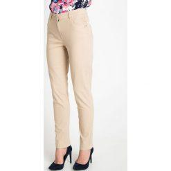 Beżowe spodnie z wysokim stanem QUIOSQUE. Brązowe spodnie materiałowe damskie QUIOSQUE, w paski, z bawełny. W wyprzedaży za 59.99 zł.