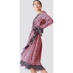 NA-KD Trend Kopertowa sukienka midi - Pink. Różowe sukienki damskie NA-KD Trend, z kopertowym dekoltem, z długim rękawem. Za 202.95 zł.