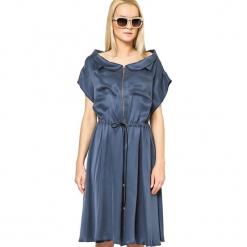 Sukienka w kolorze granatowym. Niebieskie sukienki damskie Ostatnie sztuki w niskich cenach, z denimu, z włoskim kołnierzykiem. W wyprzedaży za 579.95 zł.