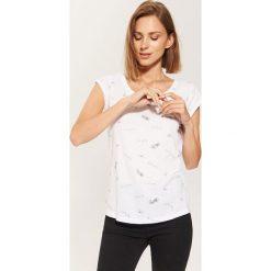 T-shirt z nadrukiem all over - Biały. Białe t-shirty damskie House, z nadrukiem. Za 49.99 zł.