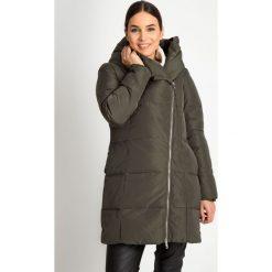 Długa kurtka khaki z asymetrycznym zamkiem QUIOSQUE. Brązowe kurtki damskie QUIOSQUE, na zimę, z puchu. Za 549.99 zł.