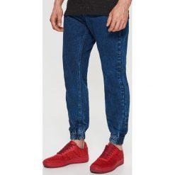 Jeansy JOGGER - Granatowy. Niebieskie jeansy męskie Cropp. Za 99.99 zł.